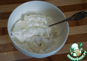 Приготовьте белый соус. Смешайте сливочный сыр со сметаной и сахарной пудрой.