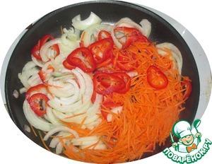 Выкладываем все овощи на сковороду с растительным маслом и ставим на огонь. Обжариваем до мягкости лука. Добавляем соевый соус, сахар и уксус.   Готовим ещё минут 5 до выпаривания жидкости, снимаем с огня.