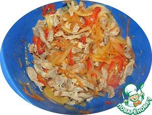 В миске перемешиваем желудки и овощи. Оставляем на время от 1 до 12 часов. Это основа салата, которую можно приготовить заблаговременно.