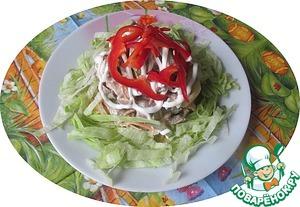 В майонез или смесь сметаны и майонеза (1:1) выдавливаем зубок чеснока и заправляем салат.   Перекладываем в салатник, или выкладываем через кольцо, и подаем.   ПРИЯТНОГО!