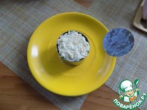 Второй слой-промазанный майонезом зелёный горошек. Третий слой-промазанная майонезом ветчина, порезанная мелким кубиком. Четвёртый слой-маринованные огурцы, порезанные мелко, их не нужно мазать майонезом. Пятый слой-мелко рубленное яйцо, промазанное майонезом. Салат в кольце собран. Верх его аккуратно мажем тонким слоем майонеза. Снимаем кольцо. Если нет кольца, то салат можно выложить слоями в подходящем небольшом салатнике, проложив его пищевой плёнкой, и ряды начинать выкладывать наоборот. Затем перевернуть салатник и снять его, удалить плёнку. будет красивая форма салата, напоминающая форму салатника.