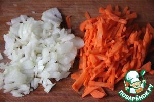 Морковь нарезать соломкой, лук - мелким кубиком и обжарить овощи на растительном масле.