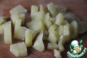 Картофель предварительно отварить до полуготовности (окло 10 минут), нарезать кубиком. Добавить к луку с морковью.