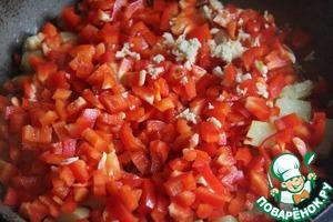В сковороду добавить болгарский перец и тонок нарезанный перец чили (освободить от семян и перегородок), измельченный чеснок и натертый имбирь.   Добавить немного воды и потушить овощи.