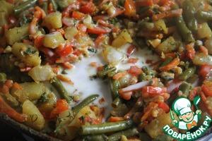 В последнюю очередь добавить стручковую фасоль, рубленные орехи, карри, лимонный сок, молоко и зелень.