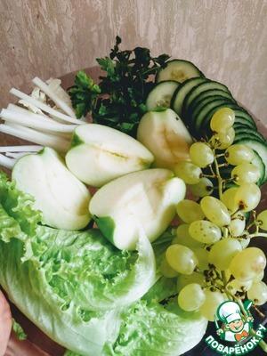 Огурцы нарежьте кольцами, яблоки нарезать тоненькими ломтиками, сельдерей соломкой. Отделите виноград от веточек и порвите салат руками.