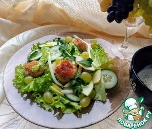 Выложите на тарелки овощи и теплые (но не горячие, чтобы не повял салат) польпетты. Можно полить салат соусом или подать соус отдельно. Подавайте сразу же. В 100 граммах 90 калорий. Приятного аппетита)