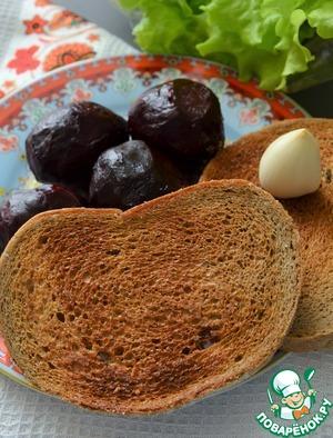 Свёклу заранее запечь или сварить. Почистить.   Зелень вымыть, обсушить.   Ломтики хлеба подсушить в тостере (духовке, на сухой сковороде), натереть чесноком.