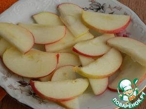 Яблоко нарежем так же тонкими слайсами.