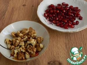 Разберем гранат на зерна, орехи измельчим не очень сильно.