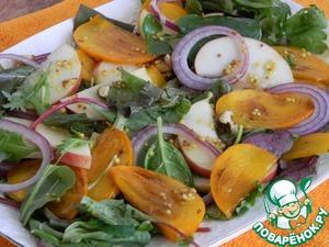 Осторожно перемешаем салат с соусом.