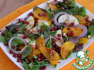 Сверху готовый салат украсим зернами граната и польем остатками соуса.