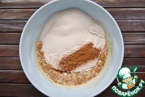 Всыпать сахарный песок и корицу.