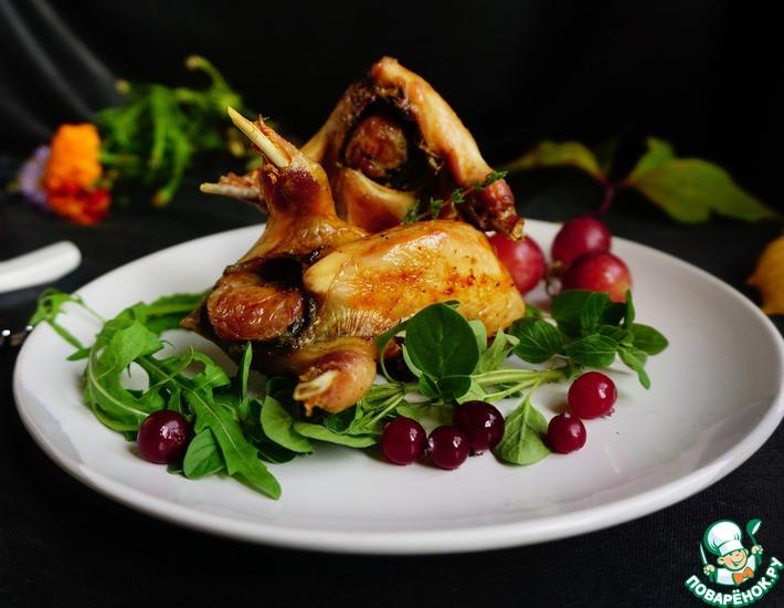 Рецепт: Перепелки с виноградом и сыром блю