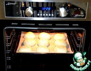Смазать булочки молоком и прысыпать кунжутом.   Выпекать в духовке при температуре 200 градусов 15 минут до золотистого цвета.    Ориентируйтесь по своей духовке.