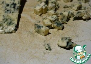Сыр режем маленькими кубиками. У нас в Днепре сейчас появился в продаже относительно недорогой польский сыр с плесенью хорошего качества. Я покупаю его. Если Вам дорого, или Вы не любите сыр с плесенью, то возьмите брынзу или адыгейский. Сулугуни, моцарелла или твердый сыр не подойдет. Тут нужен сыр который плавится, но не тянется. Сыр с плесенью превращается в такой себе соус.