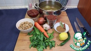 1. Так как основу блюда составляет мясной бульон, для начала нужно его сварить. Все по классической схеме. Для разнообразия вкуса можете добавить туда корень сельдерея и петрушку. Если этого нет, то можно просто ограничиться луком и морковью.