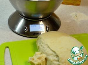 Разделить тесто на 9 равныых частей. У меня они весом 89-90 гр.