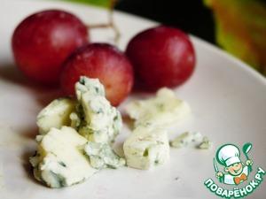 Готовим начинку. В последнее время просто фанатею от сочетания розового винограда и сыра с плесенью. Пробовала и в перепелке. Сначала просто смешала в начинке половинки винограда, сыр и специи, но вкус сыра терялся во вкусе тимьяна.