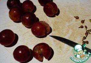 Поэтому я пошла другим путем. Чуть дольше, но вкуснее. Каждую виноградину надрезаем, не дорезая до конца. Вынимаем косточки.