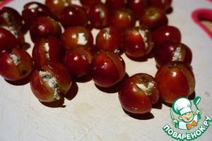 Вместо косточек вкладываем в каждую виноградину кусочек сыра.