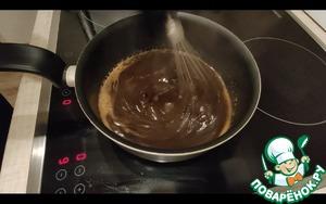 Готовим соус. В соевый соус добавляем сахар, чеснок, имбирь. Включаем огонь. Добавляем винный уксус и растительное масло.    крахмал развести в отдельной посуде и добавить к основной смеси.    как только смесь загустеет - через 1-2 минуты - убрать с огня и добавить мед.