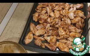Духовку ставим греться на 180 С.   крылья раскладываем на противень в 1 слой и отправляем в духовку на 25-30 минут.