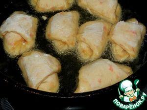 Жарить рогалики на сковороде с достаточным количеством масла на небольшом огне с двух сторон до золотистого цвета по 3-5 минут.