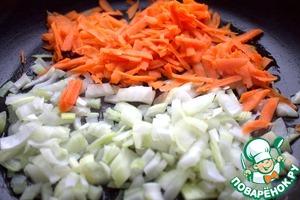 Морковь натереть крупно, лук нашинковать. Чеснок-1 ч. л. добавить по желанию.