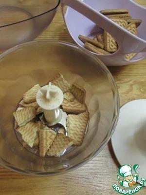 Печенье поламать и пробить в блендере в крошку. Так же поступить с орехами.