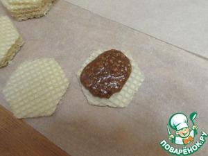 На вафельные вырубки или коржи крем наносить ГОРЯЧИМ. Последний корж кремом не покрывать.
