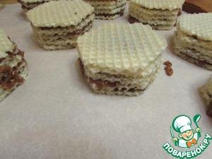 Сложить пирожные или торт и поставить под груз минимум на 2 часа.