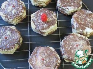 Затем залить верх пирожных или торта глазурью и украсить по своему вкусу. Я использовала готовую глазурь Dr. Oetker.