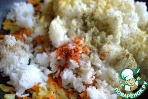 Высыпать к овощам рис из пакетика и добавить специи.
