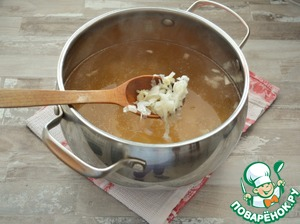 Положите капусту в бульон, доведите до кипения, убавьте огонь и варите при тихом кипении около 20-25 минут