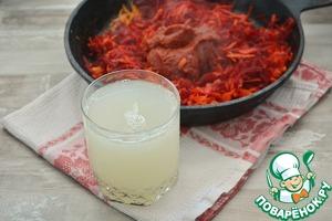 Как только они поджарились (это минут 5-7), добавьте томатную пасту, пюре из болгарского перца, влейте рассол и добавьте сахар. Убавьте огонь, накройте крышкой и потушите около 15 минут. Если жидкости покажется мало, влейте половник бульона из кастрюли, или добавьте просто кипятка.   Рассол от квашеной капусты имеет кислый вкус, а кислая среда помогает свекле сохранить свой цвет. Сахар кладётся для баланса вкуса, но это по желанию.      Если нет под рукой пюре из болгарского перца, добавьте один мелко порезанный сладкий перец (желательно красный). На худой конец пару чайных ложек сушеной паприки. Вкус перца в борще должен присутствовать хоть в каком-то виде