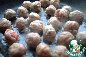 Фрикадельки отдельно обжарить. У меня из свинины и говядины фарш с солью, перцем. Заранее приготовлены и заморожены.