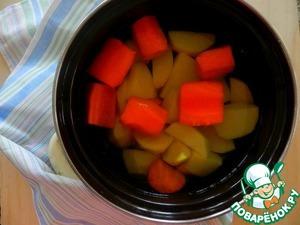 Картофель и морковь почистить, нарезать крупными кусками. Залить водой. Отварить до готовности