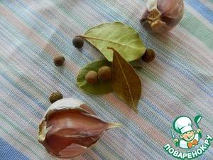Во время варки картофеля, добавить чеснок, лавровый лист, перец душистый.