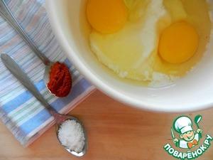 Смешать сметану с яйцами. Подготовить соль и копченую паприку (можно конечно заменить на любимые специи, но паприка здесь добавляет интересную вкусовую нотку).