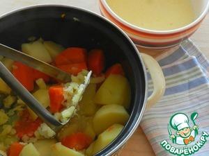 С готовых овощей слить воду, убрать перец и лавровый лист. Овощи размять толкушкой. Добавить в 2 этапа яично-сметанную смесь, хорошо разминая каждый раз массу. Добавить соль и паприку, перемешать.
