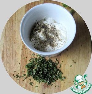 Готовим соус: листики свежей мяты мелко-мелко рубим.    Добавляем к сметане соль, перец черный свежемолотый, капаем лимонный сок.