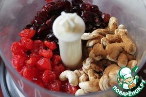 Поместить в чашу блендера все ингредиенты и измельчить их до однородной массы.