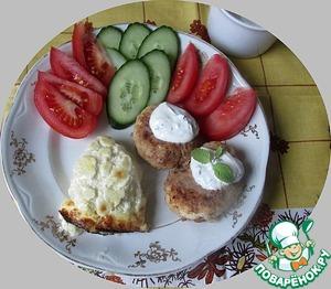Подаем котлетки с соусом и картофелем.   Идеально для котлет картофельное пюре или картофельная шантилья.