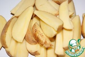 Картофель хорошо вымыть щеткой, обсушить и нарезать на 6 долек каждый.