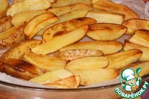 Хорошо нагреть масло в сковороде и обжарить в нем картофель до румяной корочки.   Форму застелить пекарской бумагой (не обязательно) и выстелить картофель.