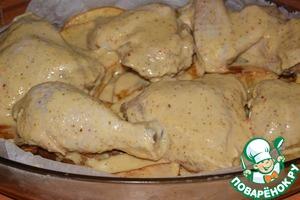 Сверху разместить курицу и равномерно полить все оставшимся маринадом.