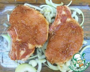 Лук нарезать полукольцами, выложить в форму для выпекания. Сверху на лук выложить маринованное мясо. Плотно закрыть фольгой, выпекать при 200 градусах 40 минут.