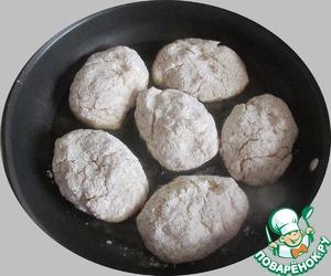Из холодного (!) фарша, это и есть тот самый маленький нюанс, лепим небольшие котлетки, слегка обваливаем их в муке, я использую смесь рисовой и кукурузной, выкладываем на разогретую сковороду с растительным маслом