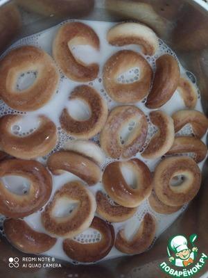 Молоко нагреть, но не кипятить. Залить горячим молоком бублики минут на 20 Соевый фарш залить кипятком (примерно стакана два), добавить соевый соус, и оставить на время разбухать.